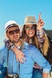 Ferie-, semester-, förälskelse- och kamratskapbegrepp - le par som har gyckel arkivfoton