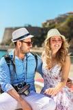 Ferie-, semester-, förälskelse- och kamratskapbegrepp - le par som har gyckel royaltyfria bilder
