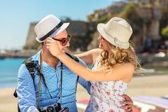 Ferie-, semester-, förälskelse- och kamratskapbegrepp - le par som har gyckel royaltyfri fotografi
