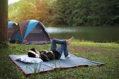 Ferie som campar - ung pojke som vilar på paletten Royaltyfri Bild