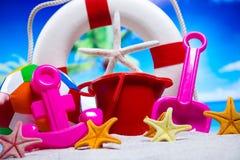 Ferie sommar, strandbakgrund, livlig färgrik atmosfär Royaltyfria Foton