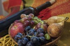Ferie, vin och frukt, festligt lynne royaltyfri foto