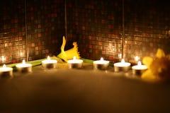 Feriebad med stearinljus och blommor Royaltyfria Foton
