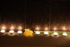 Feriebad med stearinljus och blommor Royaltyfria Bilder