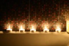 Feriebad med stearinljus och blommor Fotografering för Bildbyråer