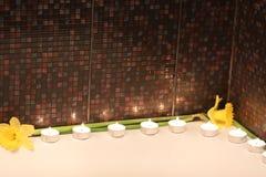 Feriebad med stearinljus och blommor Royaltyfri Bild
