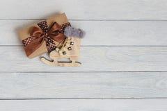 Feriebakgrund för jul och för nytt år För slut prydnader upp på trätabellen, Royaltyfri Bild