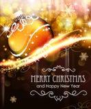 Feriebakgrund med den guld- julbollen Arkivbilder
