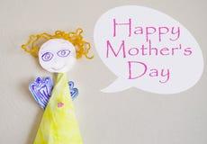 Feriebakgrund med handen - gjord pappers- ängel och lyckönskan kortdag som greeting lyckliga mödrar royaltyfri fotografi