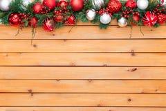 Feriebakgrund som presenterar julgirlanden Arkivfoton