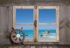 Feriebegrepp: bakgrund för blått vatten med ett styrninghjul Fotografering för Bildbyråer