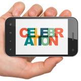Feriebegrepp: Hand som rymmer Smartphone med beröm på skärm Fotografering för Bildbyråer