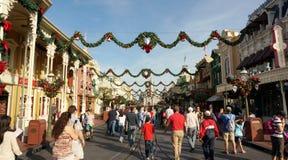 Feriefolkmassa på det magiska kungariket, Walt Disney värld Arkivbilder