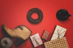 Feriegåvorna på en röd bakgrund, begreppet av svarta fredag, försäljningar Arkivfoto