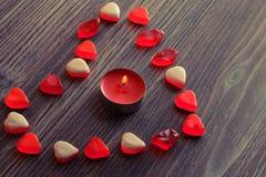 Feriehändelsen firar begrepp för sinnesrörelse för känslor för datum för överraskning för gåva för gåva för valentindagkvinna rom Royaltyfria Bilder