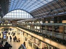 Feriehandelsresande strosar till och med den St Pancras stationen, London, som sett från över Arkivbilder