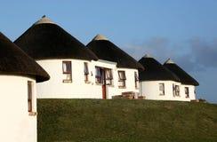 Feriehus med det halmtäckte taket Fotografering för Bildbyråer