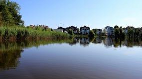 Feriehus och våtmark i sommartid royaltyfria bilder