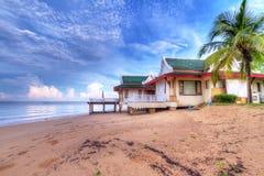 Feriehus på stranden av Thailand Royaltyfri Fotografi
