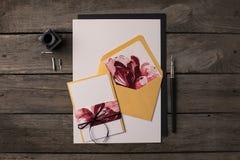 Ferieinbjudningar med blom- illustrationer royaltyfri foto