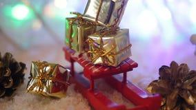 Feriejul, abstrakt begreppbakgrund för nytt år Röd leksaksläde gåvaask och snöflingor stock video
