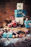 Feriejulgåvor med askar, tvinnar, bollar, leksaker för granträd Royaltyfri Bild