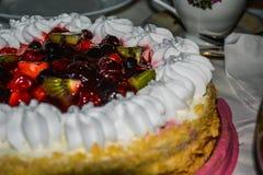 Feriekaka med en variation av frukter och bär royaltyfria bilder