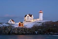 Ferieljus på den uddeNeddeck (Nubble) fyren i Maine Arkivbilder