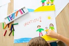 Ferien - Ölpastellzeichnung von der glücklichen Familie auf dem Strand Stockbilder