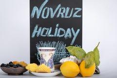 Ferien av Navruz Traditionell armudutekopp med det nationella modeller och butatrycket Ferien av Novruz och teckningen Samani arkivbilder