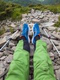 Ferien in den Bergen mit Wanderstöcken Stockfoto
