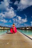 Ferien der jungen Frau am tropischen Strand stockbild