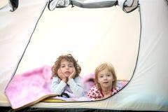 Ferien des kampierenden Zeltes mit zwei kleinen Mädchen Lizenzfreies Stockfoto