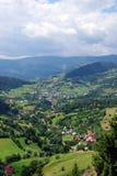 Ferien in einem Dorf auf einem River Valley Stockbilder