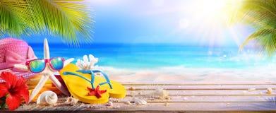 Ferien-Konzept - Strand-Zubehör auf Tabelle lizenzfreies stockbild