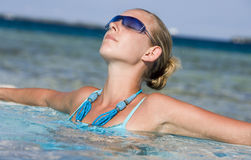 Ferien - Mädchen in einem tropischen Meer Stockfotos