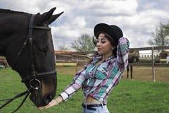 Ferien mit Pferden draußen stockbild