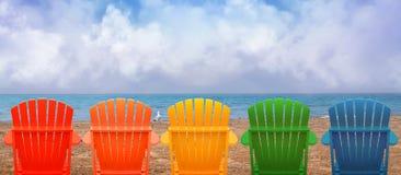 Ferien-Strand-Stühle auf Sand Stockfotos