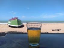 Ferien und Bier auf dem Strand lizenzfreie stockfotografie