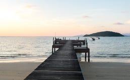 Ferien-Zeit-Konzept, Weichzeichnungs-Farbfilter-hölzerner Weg zwischen Crystal Clear Blue Sea und Himmel lizenzfreies stockfoto
