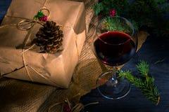 Feriengeschenkkasten und ein Glas Wein Lizenzfreie Stockfotos