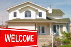 Ferienhaus zu verkaufen und Willkommensschild Lizenzfreies Stockfoto