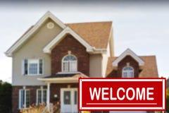Ferienhaus zu verkaufen und Willkommensschild Stockfoto