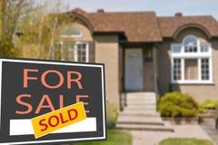 Ferienhaus zu verkaufen und Zeichen Lizenzfreie Stockbilder