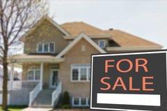 Ferienhaus zu verkaufen und Zeichen Stockbild