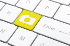 Ferienkonzept: Foto-Kamera auf Computer Lizenzfreies Stockfoto
