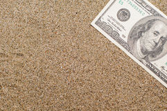 Ferienkonzept, Geld auf Meersand, Reisekosten Stockbild