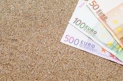 Ferienkonzept, Geld auf Meersand, Reisekosten Lizenzfreie Stockfotos