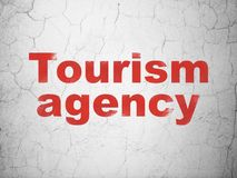 Ferienkonzept: Tourismus-Agentur auf Wandhintergrund lizenzfreie stockfotos