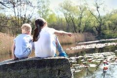 Ferienzeit, die durch das Wasser sich entspannt Lizenzfreie Stockfotos